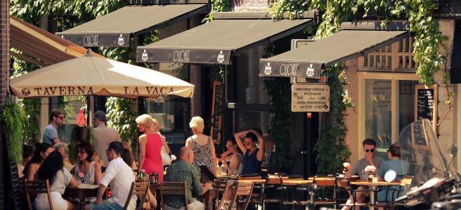 Café com mesas na calçada